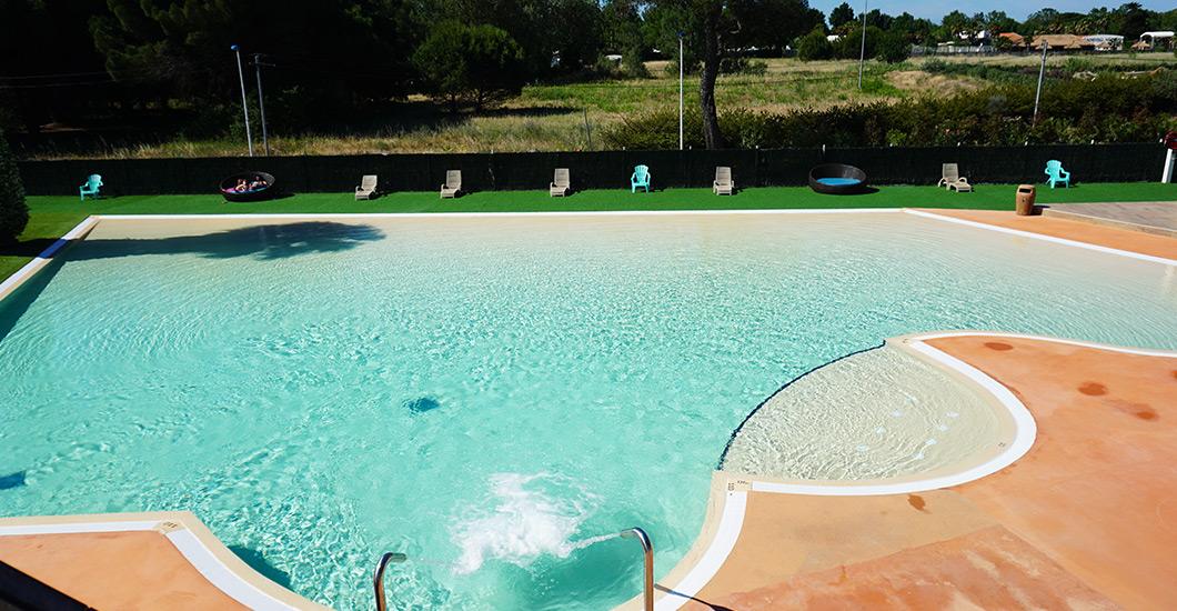 camping domaine sainte Cécile, uitzicht vanuit de lucht zwembad met glijbaan in het hart van de natuur