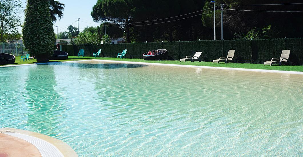 Baden, jacuzzi, aquatische ruimte in een charmante site, ligstoelen, zwembad met glijbanen
