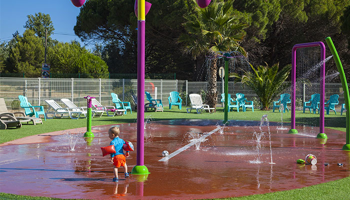 vacances dans camping avec piscine, espace aquatique pour les enfants, zone d'arrosage