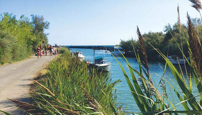chemin plage sécurisé, canal du Libron, bateau, vacances en famille