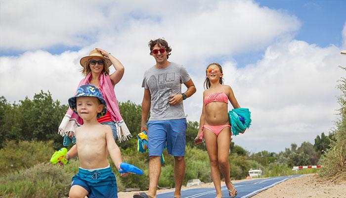 famille enfants, baignade avec serviettes de plage, jouets en vacances au camping domaine sainte Cécile