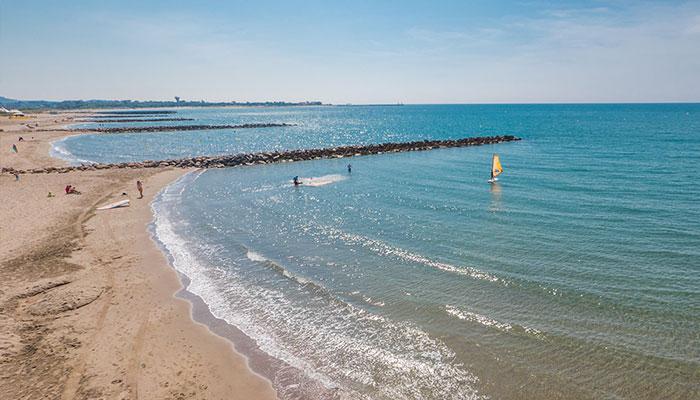 Vias plage mer vue drone eau turquoise, digue, planche à voile camping sainte Cécile