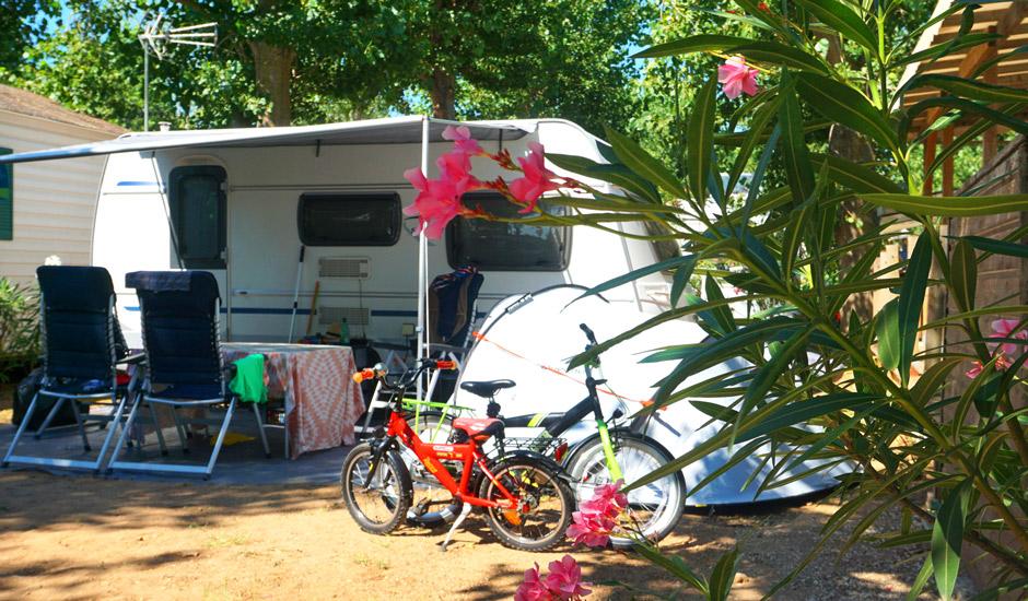grand emplacement pour caravane et tente dans un parc arboré, au camping sainte cécile à vias