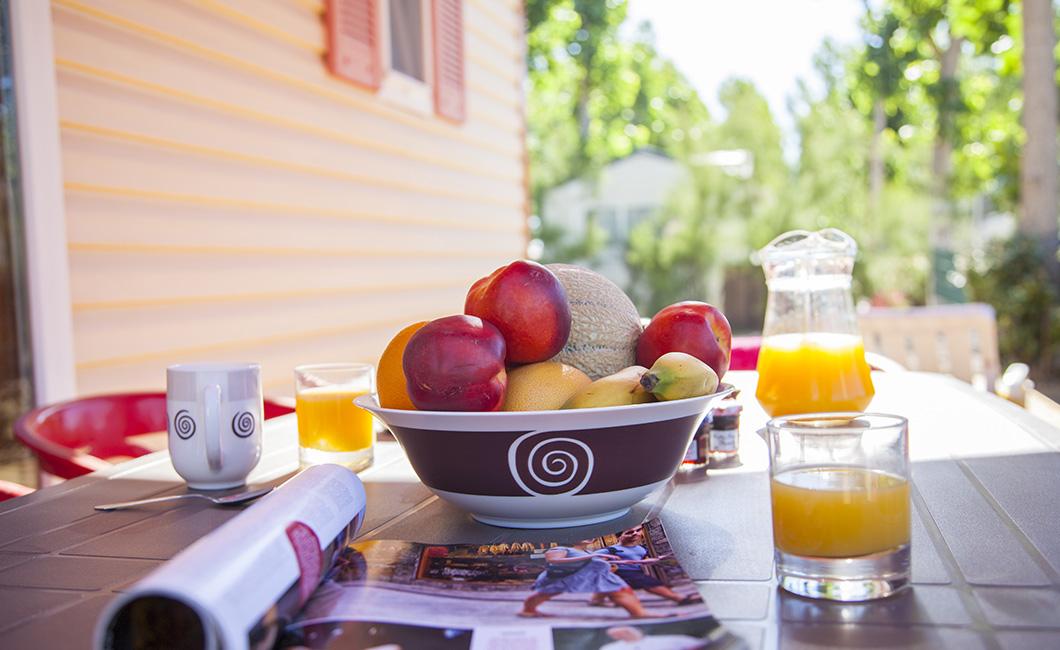 fruits, jus d'orange, viennoiseries, vacances en famille cottage 2 chambres avec terrasse en bois