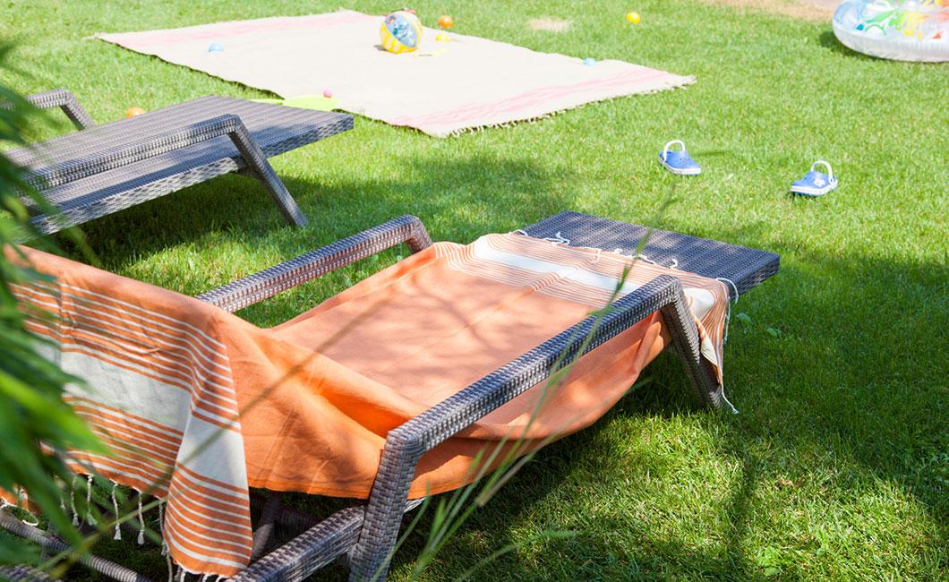 transat avec serviette de plage espace détente location bord de mer, bouée et jeux de plage