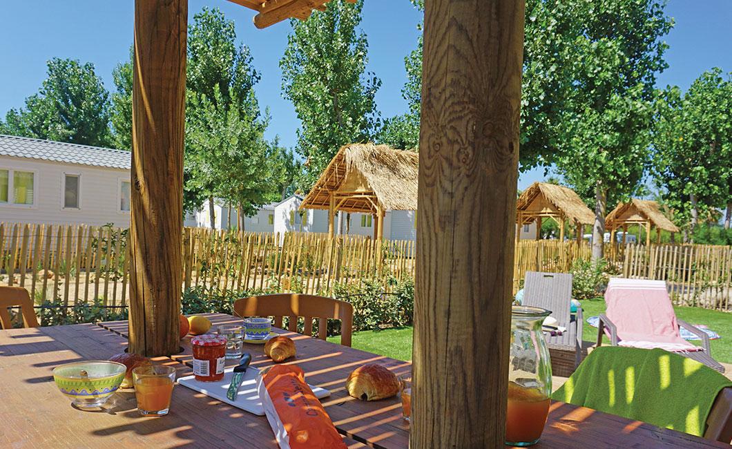 location de vacances en famille sud de la France, camping sainte Cécile, terrasse ensoleillée