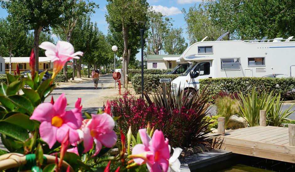emplacement de camping dans un cadre fleuri et verdoyant