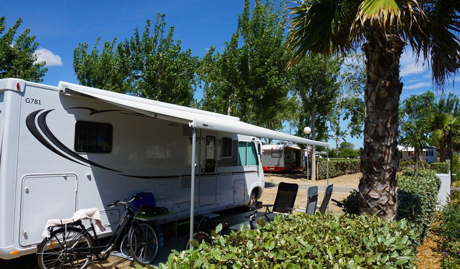 grand emplacement pour camping-car ombragé dans camping calme