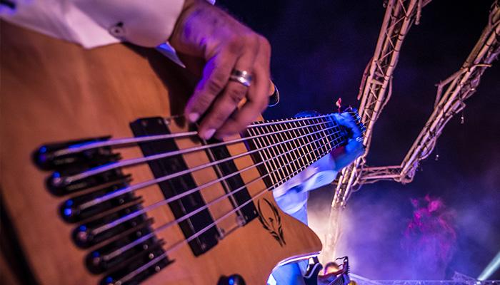 Live concert met muziek en zangers feestelijke sfeer in Vias Plage