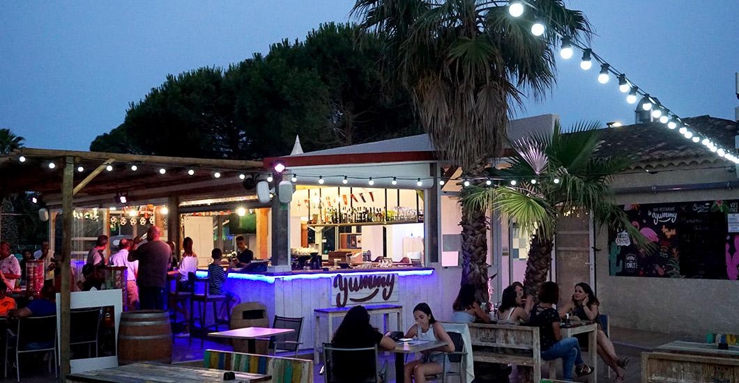 bar restaurant éclaire de nuit, lampions, guirlande lumineuse, palmiers, camping yelloh village sud de la France