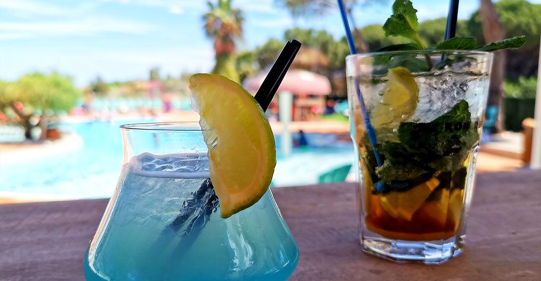 apéro au bord de la piscine, citron, menthe, mojito, camping 4 étoiles, domaine sainte Cécile ,vacances à Vias Plage