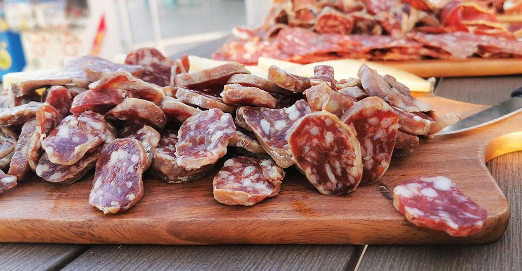 planche tapas, saucisson, charcuterie, apéro restaurant camping sainte Cécile, vacances Hérault
