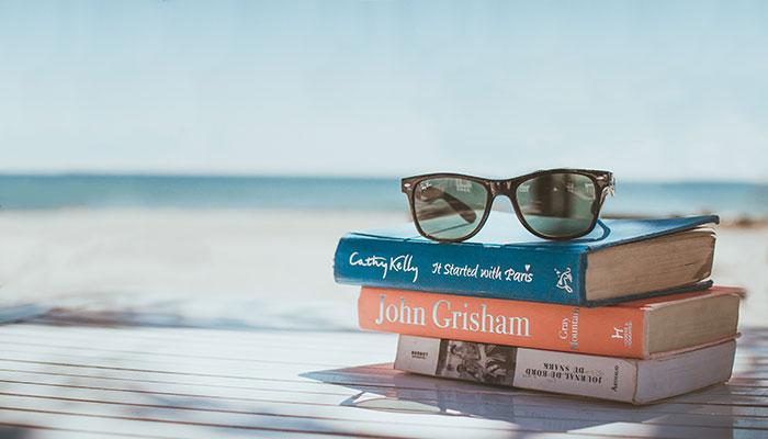 livres plage lunette de soleil, livre en libre service allemand, hollandais anglais et français