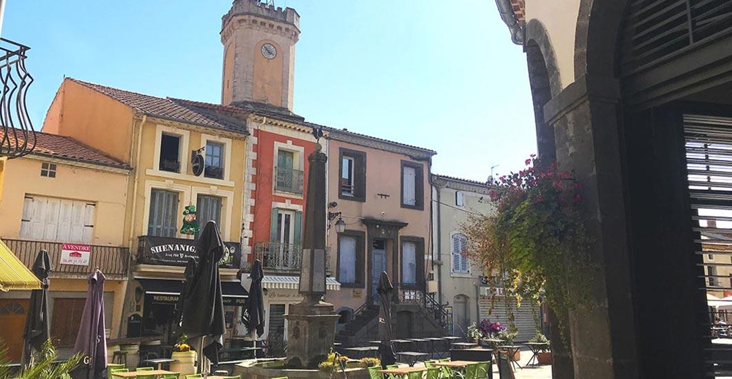 centre de Vias, clocher de l'église, place des halles, marchés, murs colorés