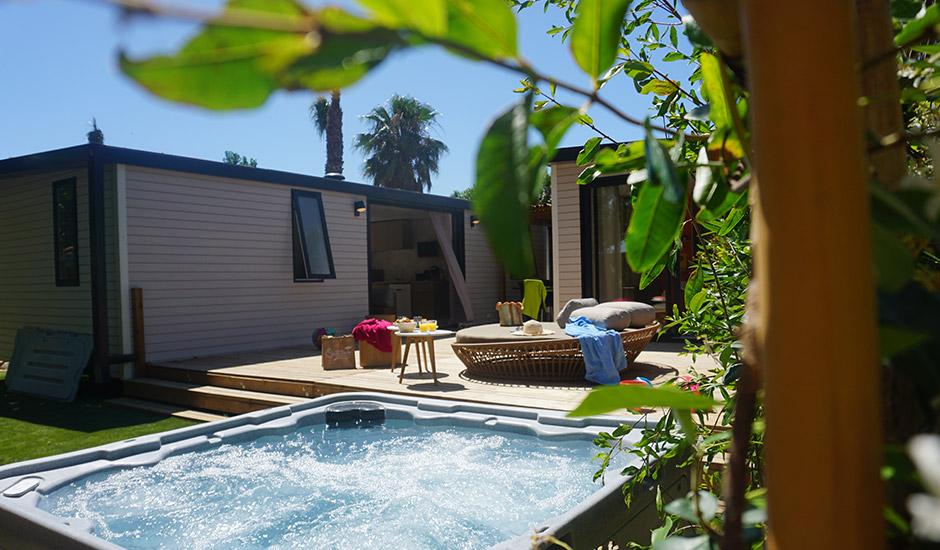 location haut de gamme avec deux cottages, une grande terrasse et un jacuzzi