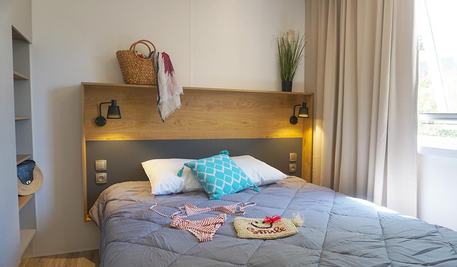Chambre parentale avec salle de bain attenante camping sainte cécile à vias plage