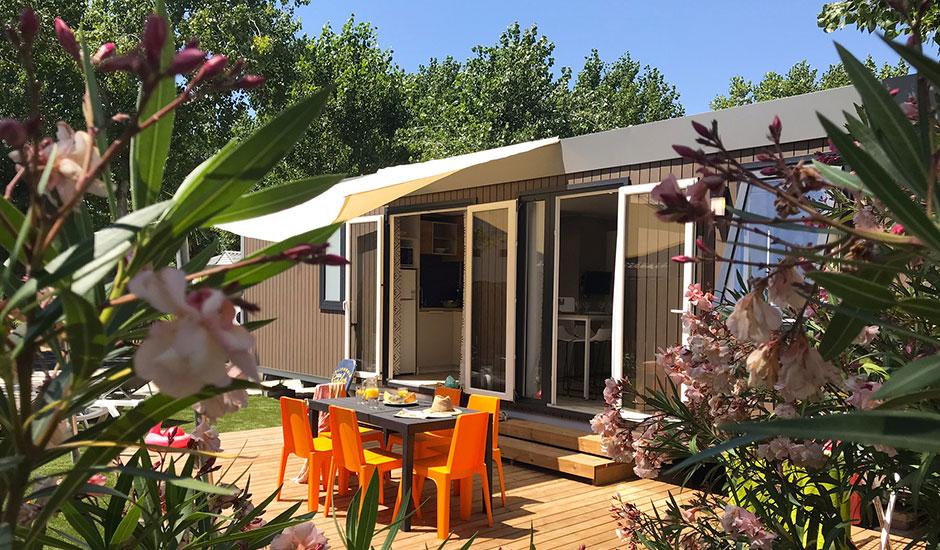 Extérieur fleuries et paysager, terrasse en bios avec voile d'ombrage