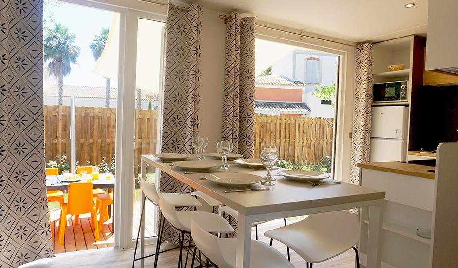Cottage avec deux grandes baies vitrées donnant sur l'extérieur