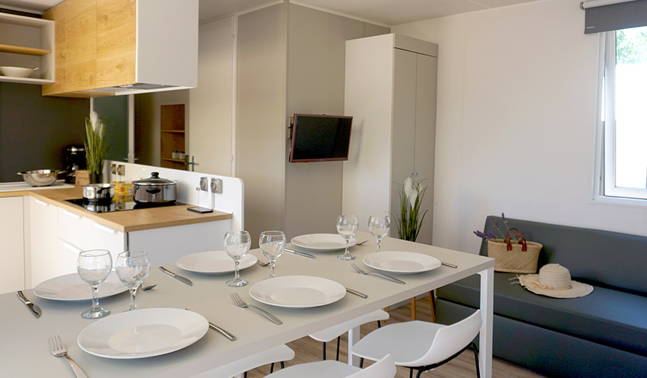 Mobil home haut de gamme, grande salle à manger avec table pour 6 personne