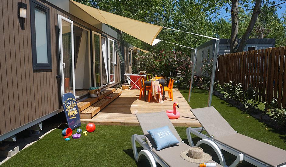 Cottage pour 6 personnes, extérieur avec terrasse en bois et gazon
