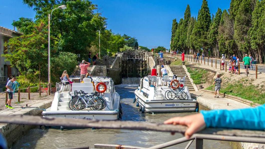 balade en bateau sur le canal du midi découvrez l'Occitanie camping domaine sainte Cécile