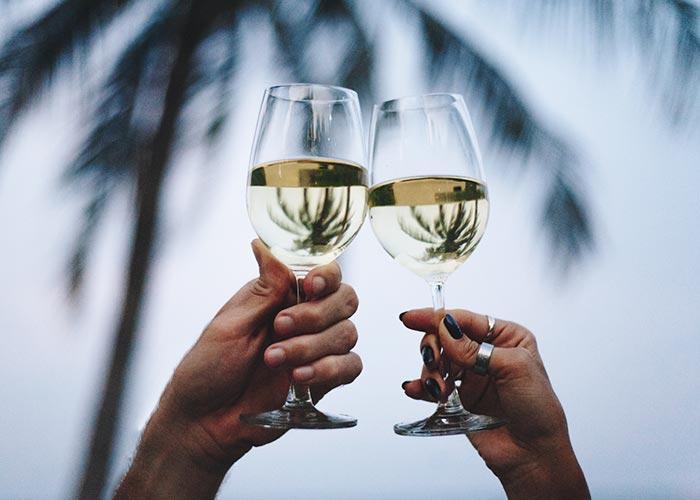 vacances couple, dégustation vin, plage,palmiers