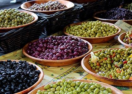 groene en zwarte olijven traditionele markten Occitanie