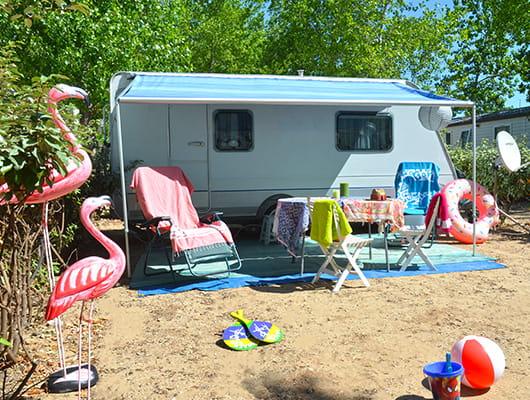 emplacement pour campeurs dans camping 4 étoiles Yelloh!Village en bord de mer domaine sainte cécile