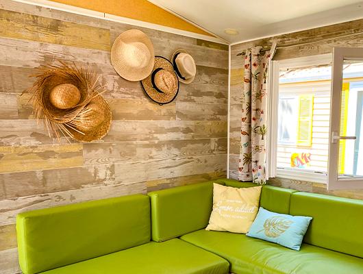 In Sonne getauchte Terrasse Mobilheim Lodge Ferienunterkunft Domaine Sainte Cecile in Vias Plage