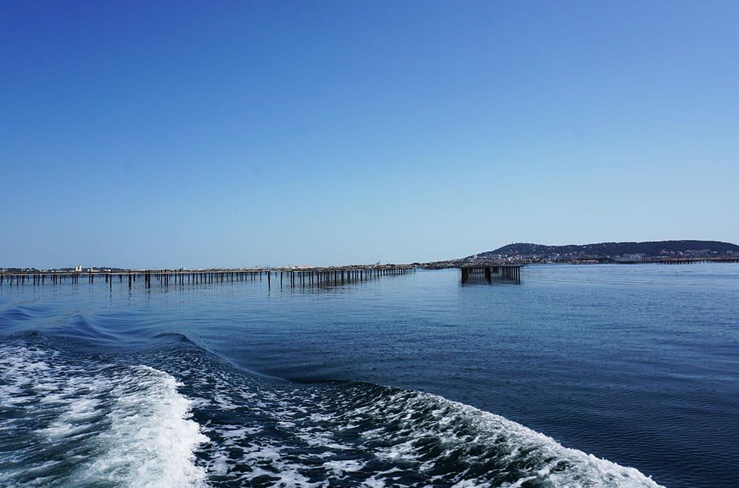 Bootsausflug auf dem Austernbecken Etang de Thau, Thau Becken in Bouzigues Südfrankreich, Besichtigung Austernbecken, Familienferien